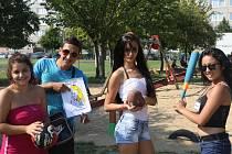 Romští studenti z Břeclavi uspořádali ve spolupráci se sdružením IQ Roma servis třetí přátelské setkání, na němž se rozloučili s prázdninami. Na hřišti základní školy v ulici Na Valtické pro ně připravili různé hry.