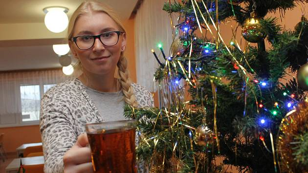 Sociální pracovnice Lenka Macková se s kolegy snaží, aby penzisté v břeclavském domově důchodců strávili co nejpříjemnější Vánoce. Od pondělí jim navíc připravuje kávu nebo čaj ve vánoční kavárně.