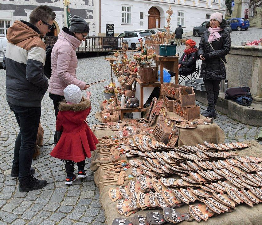 Stovky lidí navštívily v sobotu letošní první farmářské trhy na mikulovském Náměstí