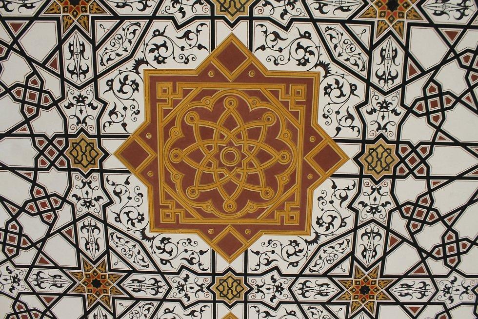 Obnovený interiér lednického minaretu. Traduje se, že na původní výzdobě se podíleli arabští umělci. Turistům se místnosti v patře jedinečné památky nedávno zpřístupnily po třiceti letech.