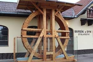 Tři a půl metru vysoké a téměř tři a půl tuny těžké mlýnské kolo stojí u hlavní silnice v Dobrém Poli. Postavil ho stolař Josef Bursík na památku pro své dva předky.