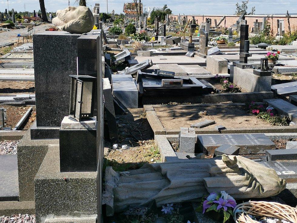 Hřbitov v Moravské Nové Vsi poničený tornádem.