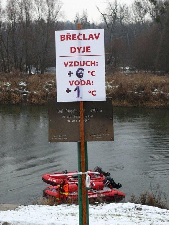 Pětapadesát otužilců dobrovolně přeplavalo v Dyji čeko-rakouské hranice.