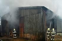 Velkokapacitní sklad slámy ve Valticích zachvátily ve čtvrtek brzy ráno plameny. V třicetimetrové hale bylo v tu dobu asi 400 balíků slámy na topení. Při zásahu se střídalo deset hasičských jednotek.