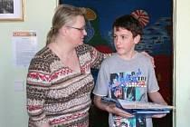 Za svou ochotu pomoci zraněnému důchodci dostal dvanáctiletý Petr Vochozka dárky od policistů v břeclavské škole.