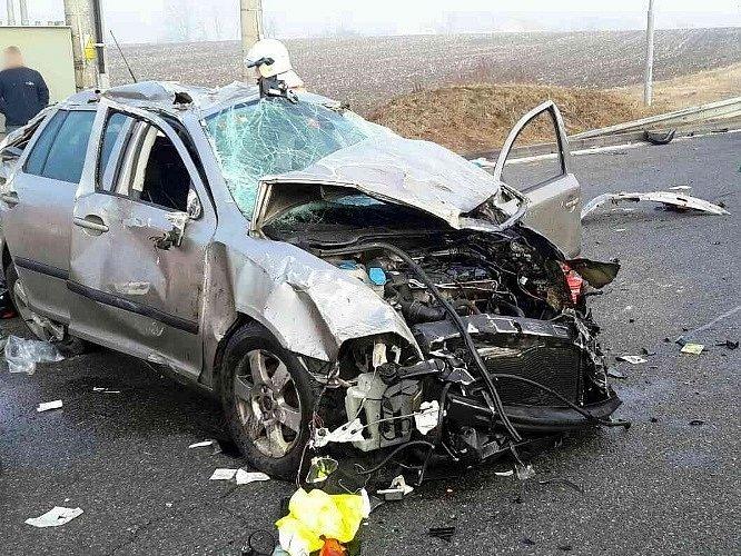 Řidič při odbočování k benzinové pumpě nezvládl řízení.