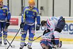 Břeclavští hokejisté (v modrém) podlehli Orlové až po nájezdech 1:2.