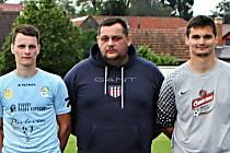 Josef Káňa (uprostřed), manažer fotbalistů Sokola Krumvíř.