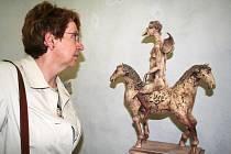 V hrobce je k vidění spousta zajímavých výtvorů. Eva Červeňáková si prohlíží platsiku s názvem Ptačí anděl.