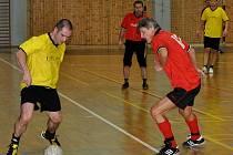 Ve žlutém dresu se snaží střílet kapitán vítězného mužstva Vinotéka 2006 Pavel Nečas.