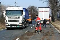 Nehoda kamionu značky Scania blokovala v pondělí ráno provoz na silnici za Podivínem na silnici II/425.