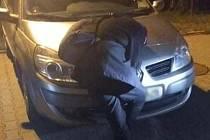 Strážníci zjistili, že šlo jen o unaveného muže, který po dopadu na auto ihned vestoje usnul.