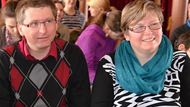 Katolický kněz Pavel Kafka se po sedmi letech přesunul z Hustopečí do Brna. Vedle něj sedí evangelická kazatelka Kateřina Rybáriková.