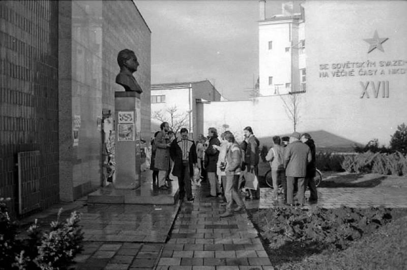 ROK 1989. Současný Dům školství v centru Břeclavi v ulici 17. listopadu sloužil do roku 1989 jako sídlo okresního výboru KSČ. Místo sochy komunistického prezidenta tam v současnosti mají papouška.