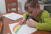 Děti na Břeclavsku malují duhu jako symbol naděje, že se Země opět uzdraví.
