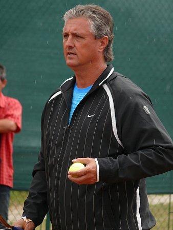 Nehrající kapitán daviscupového týmu Jaroslav Navrátil navštívil turnaj mladších žáků a žaček, který se koná vBřeclavi.