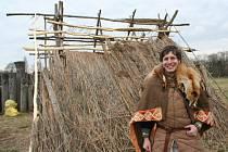 Zhruba patnáct nadšenců v raně středověkém oblečení se o víkendu utábořilo uvnitř někdejšího hradiska. Opravovali vandaly a počasím poničenou zemnici a došlo i na menší bojovou ukázku.