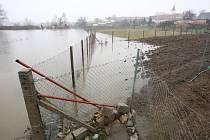 Voda z Jihlavy v pátek v Přibicích zaplavila pozemky několik desítek metrů od rodinných domů.