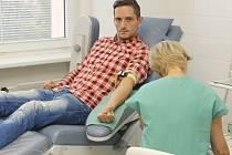 Břeclavští hokejisté přišli ve čtvrtek ráno darovat do tamní nemocnice svou krev. Většina z nich se k tomu odhodlala poprvé.