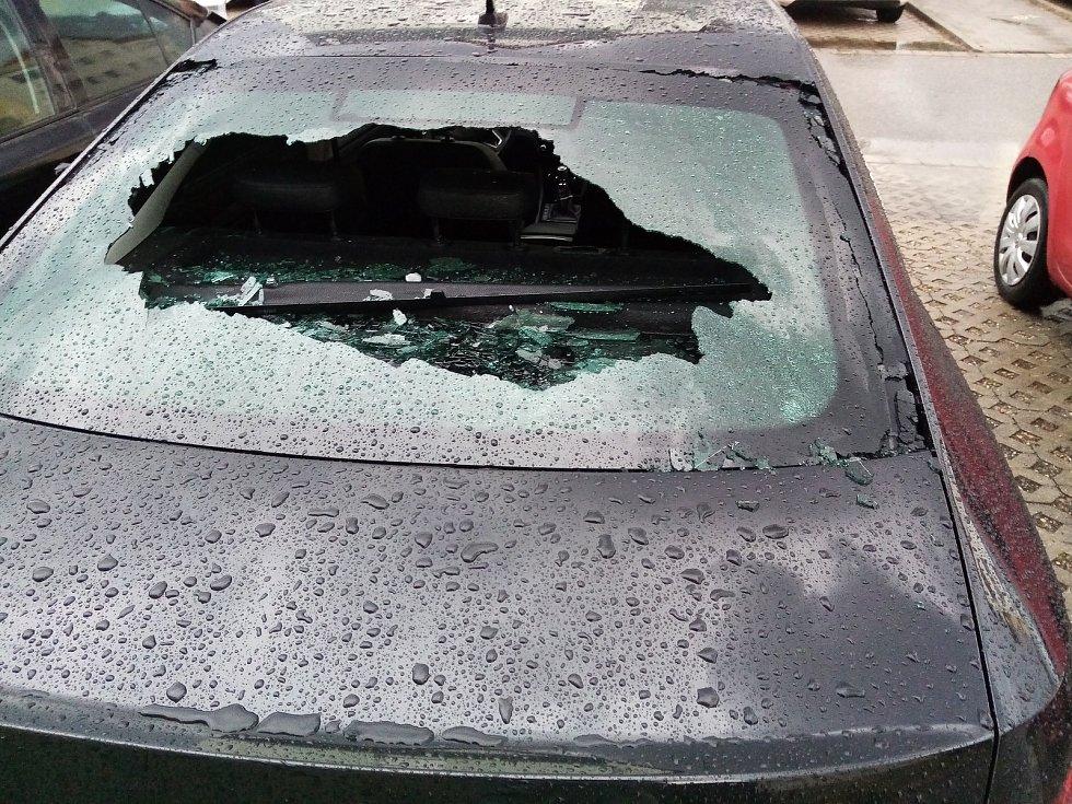 Jen zhruba patnáct minut trvala v Břeclavi čtvrteční ničivá bouřka, při které padaly obří kroupy.