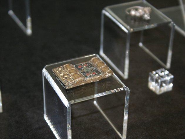 Desítky zlatých a stříbrných šperků z druhé poloviny 9. století přivezli na zámeček Pohansko. Za doprovodu policistů. Mají nevyčíslitelnou historickou hodnotu.
