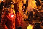 Světélkující romantika v břeclavských ulicích. K výročí sametové revoluce prošel městem dvoutisícový průvod dětí s lampiony.