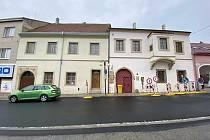 Zadní trakt památkově chráněného domu číslo 95 údajně ohrožuje nádvoří domu U Synků v Hustopečích.