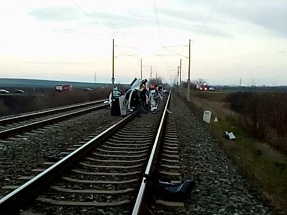 Při železniční nehodě zemřela v neděli u Šakvic řidička. Na přejezdu ji s vozem smetl vlak.