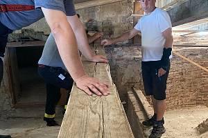 Při slavnostní bohoslužbě bude nad podiem kříž vyrobený z trámů tornádem zničeného kostela v Moravské Nové Vsi.