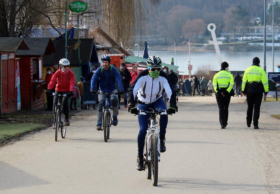Třetí nejlidnatější kraj v republice je ten Jihomoravský. Na snímku Brňané využili slunečného počasí a vyrazili na přehradu.