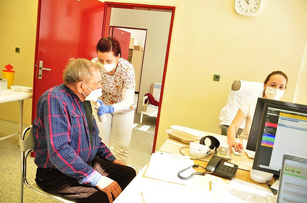 Očkování seniorů v břeclavské nemocnici