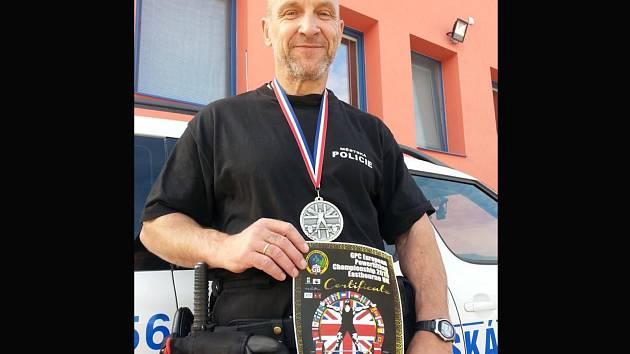 Silový trojbojař Petr Nosek pracuje jako městský policista v Břeclavi. Ve volném čase mění uniformu za civilní oblečení, v němž napíná svaly pod náporem činek.