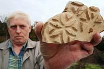 Archeolog Jiří Pajer nalezl na konci roku 2007 na zahradě rodinného domu ve Staré Břeclavi kousky habánské keramiky.