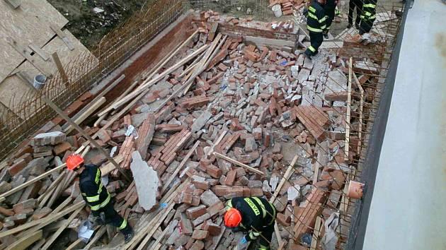 Několik lidí zavalil na Břeclavsku strop sklepa.