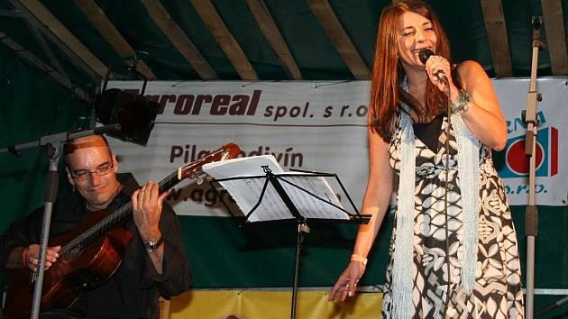 Janohradem zněl jazz, folk a zpěv Yvonne Sanchez.