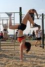 Nové workoutové hřiště otevřeli na sokolském stadionu v Lanžhotě. Lidé tam mohou cvičit s vlastní vahou. Jak na to, předvedla skupina Workout Brno.