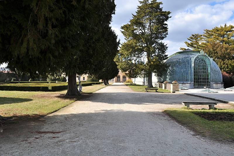 Jindy plný zámecký park v Lednici davy lidí, v sobotu po poledni zel prázdnotou. Na vycházku či za sportem se tam vydalo jen několik jedinců z místních obyvatel.