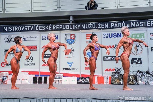 Veronika Zemanová (třetí zleva) na Mistrovství České republiky vkulturistice.