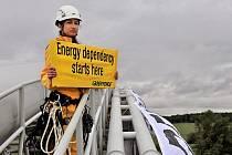"""Aktivisté z ekologického hnutí Greenpeace si jako """"plochu"""" pro své transparenty vybrali plynovody nad řekou Moravou u Lanžhota na Břeclavsku. Bojují tím za energetickou nezávislost České republiky."""