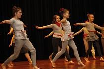 Soutěžní přehlídka tanečního oboru břeclavského okresu se po třech letech znovu uskutečnila v sále kulturního domu ve Velkých Bílovicích. Pohybové dovednosti předvedli žáci základních uměleckých škol z Břeclavi, Mikulova, Hustopečí a Velkých Bílovic.
