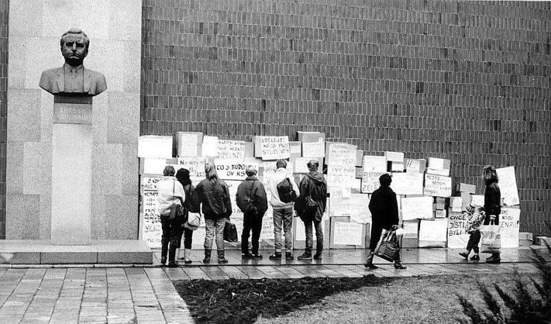PŘEVRAT A GOTTWALD. Současná budova Domu školství v centru Břeclavi sloužila jako sídlo okresního výboru KSČ. Před ní stála busta Klementa Gottwalda..