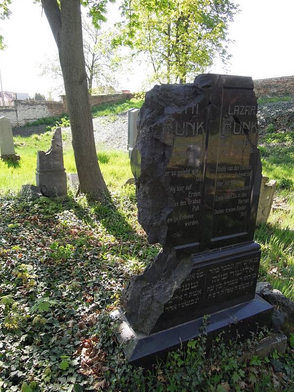 Poškození pomníků od střepin leteckých bomb.