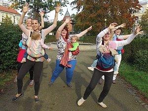 Happy Břeclav. Stovky lidí včetně důchodců spontánně tančí ve videoklipu