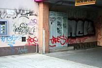 Břeclavské podchody v ulici Jana Palacha ví o sprejerech své.