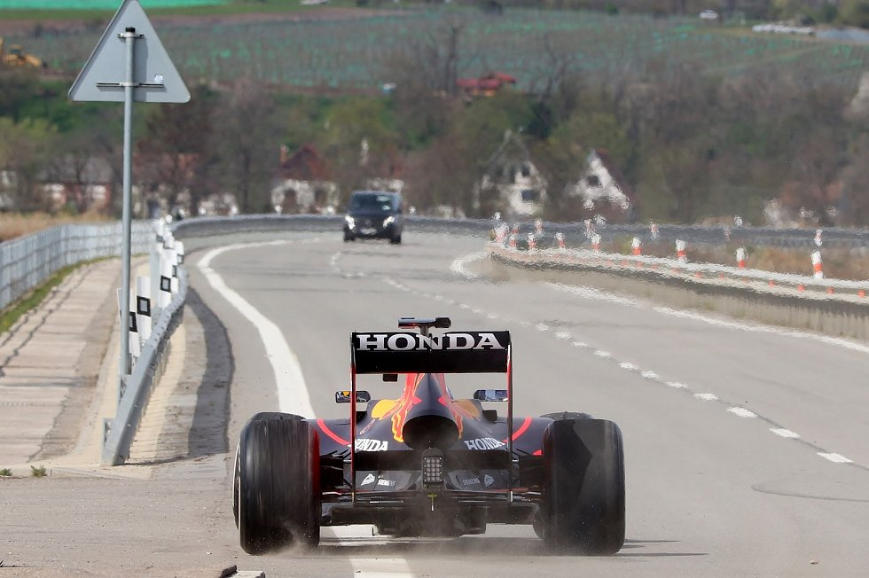 Formule 1 Red Bull Racing ve čtvrtek odpoledne jela po mostu mezi Dolními Věstonicemi a Strachotínem.