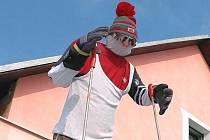 Pro netradiční fandění českému lyžaři Lukáši Bauerovi se rozhodl Jaroslav Celnar z Vranovic. Na plotě svého domu vystavil navlečenou olympionikovu figurínu s lyžemi a jedničkou na zádech.
