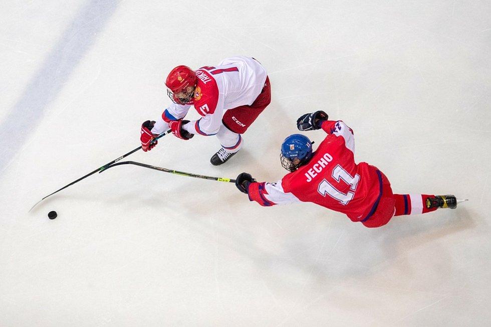 Čeští hokejisté (v červeném) do osmnácti let prohráli na Hlinka Gretzky Cupu s Ruskem 3:7 a zahrají si o páté místo.
