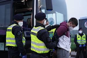 Provoz registračního místa pro ilegální cizince při hranicích u jihomoravského Lanžhota. Na parkovišti při dálnici D2 ho zřídili jako součást společného cvičení policistů, hasičů, celníků a Vězeňské služby.