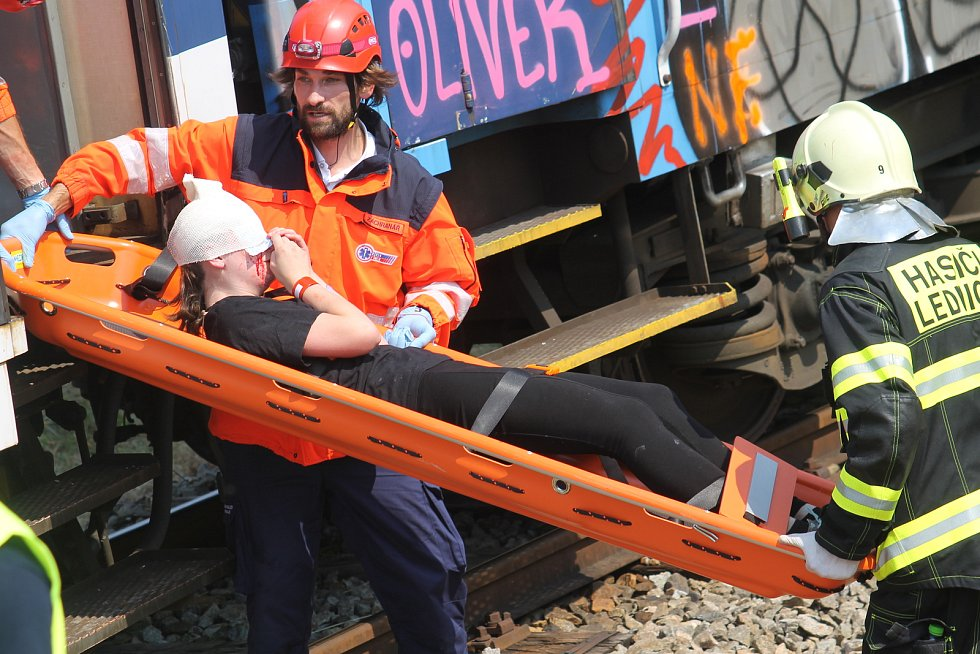 Nehoda na železnici u Lednice na Břeclavsku. Cvičení Vlak 2017 prověřilo všechny složky integrovaného záchranného systému.