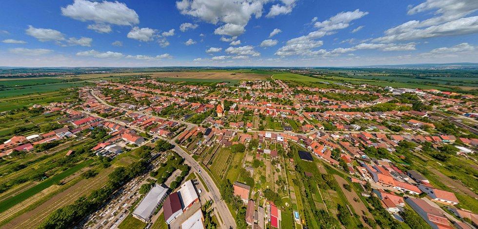 Letecký snímek před tornádem.